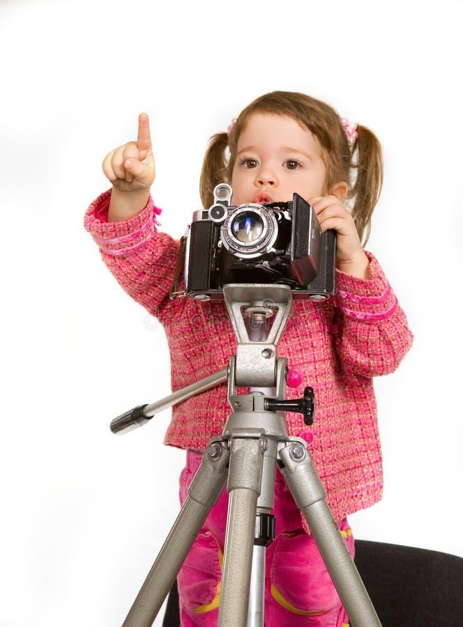 caucasian flicka för kam little som gör skjutit arkivfoton