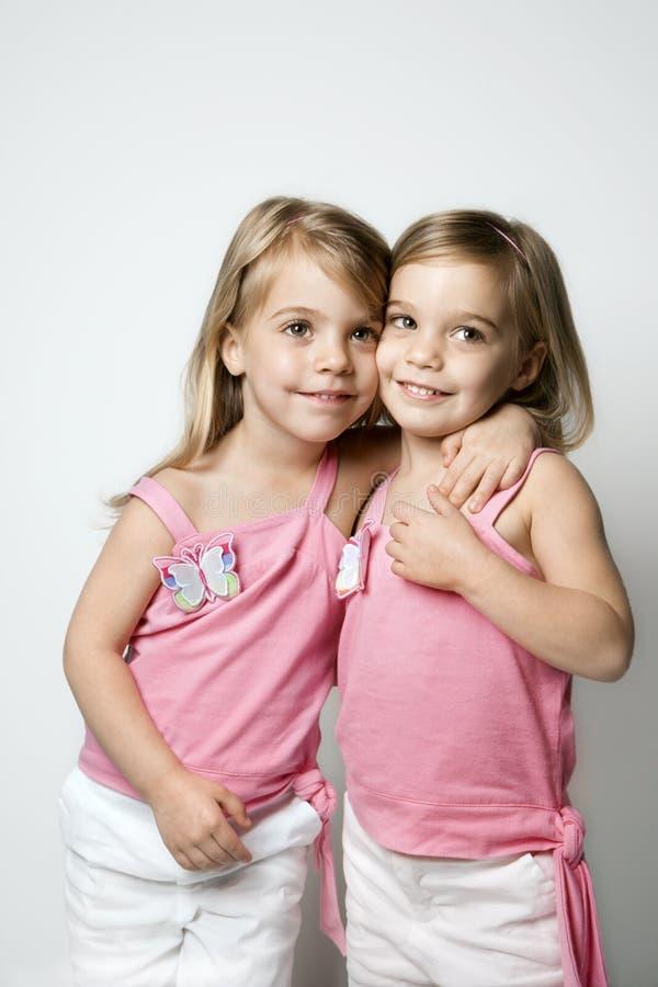 caucasian flickor kopplar samman royaltyfri fotografi