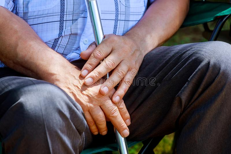 Caucasian händer för Closeup åldrades gamla människor av den höga mitt mannen arkivfoto