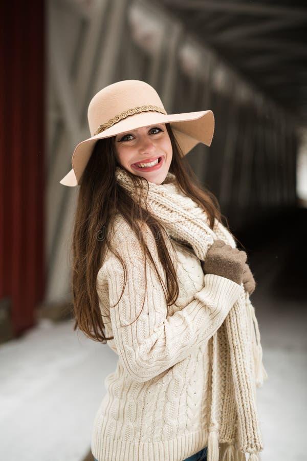 Caucasian högstadiumpensionär som ler i rät maskavinterkläder och diskett hatt royaltyfria foton