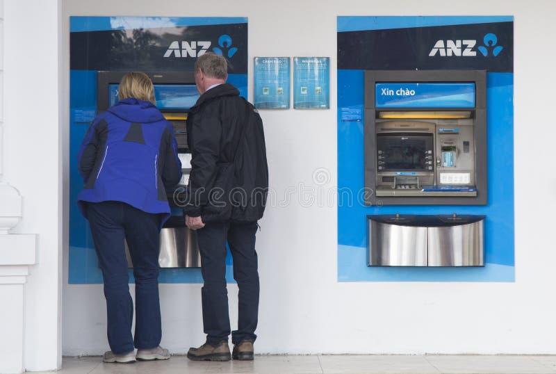 Caucasian handelsresande som gör transaktion på en maskin för automatisk kassör ATM av ANZ royaltyfria foton