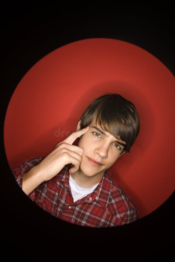 caucasian huvud för pojke hans peka som är teen till arkivbilder