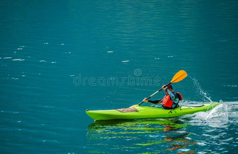 Caucasian Kayaker på sjön fotografering för bildbyråer