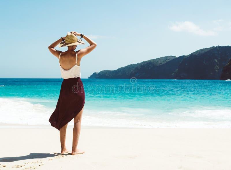 Caucasian kvinna på stranden som tycker om naturen på den tropiska semesterorten royaltyfri fotografi