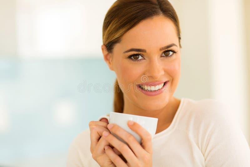 Caucasian kvinna som har kaffe royaltyfria foton