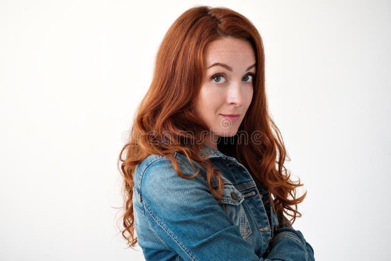 Caucasian kvinnamodell med ljust rödbrun hår som inomhus poserar royaltyfri foto