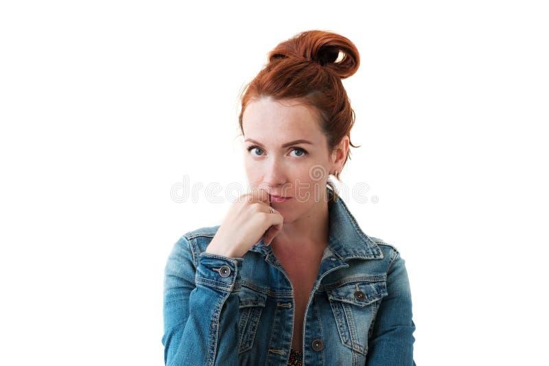Caucasian kvinnamodell med ljust rödbrun hår som inomhus poserar royaltyfria foton