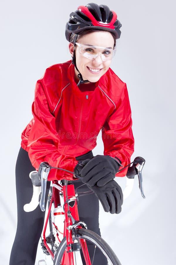 Caucasian kvinnlig cyklist som utrustas, i att cykla dräkten och att posera med vägcykeln fotografering för bildbyråer