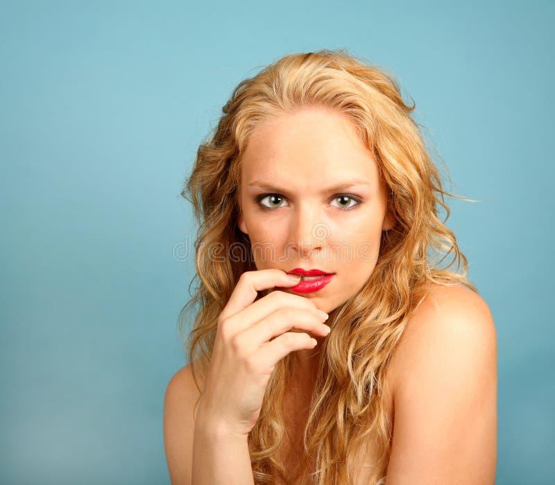 caucasian kvinnligfinger henne munseductve arkivfoton