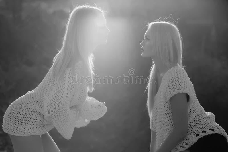Caucasian kvinnligt posera för modemodell Homosexuella par av tvilling- sexiga flickor som flörtar på solig dag royaltyfri bild