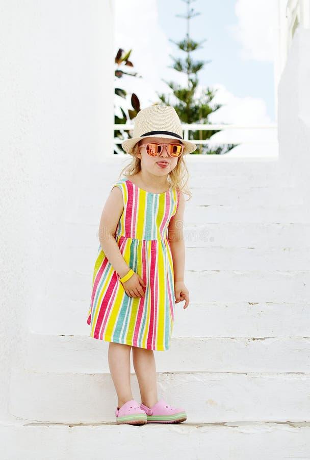 Caucasian liten blond flicka som går den tropiska trädgården royaltyfri foto