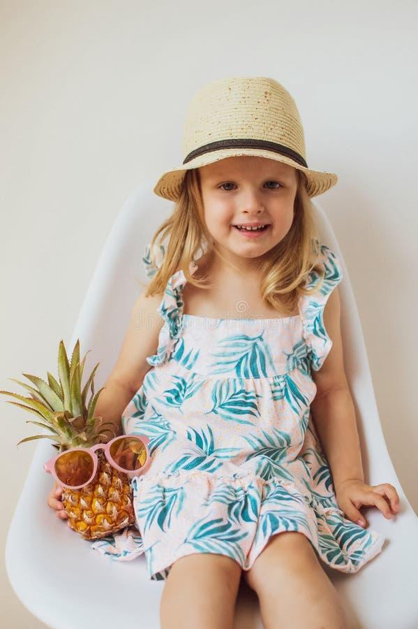 Caucasian liten flicka i bakgrund för saftigt begrepp för sommar för Straw Beach Hat Drinking Green Smoothie vit arkivbild