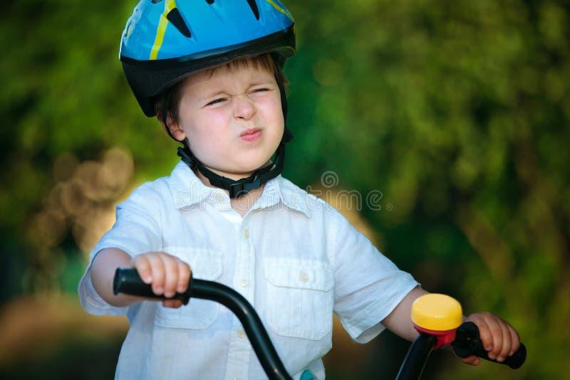 caucasian liten ridning för cykelpojke arkivfoto