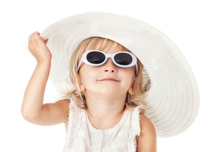 Caucasian liten söt flicka 2 gamla år i den vita hatten royaltyfri fotografi