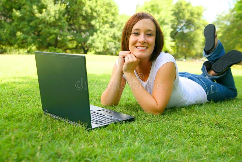 caucasian lycklig utomhus- kvinna fotografering för bildbyråer