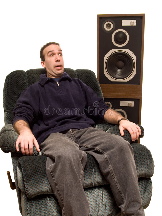 caucasian lyssnande manmusik till royaltyfria bilder