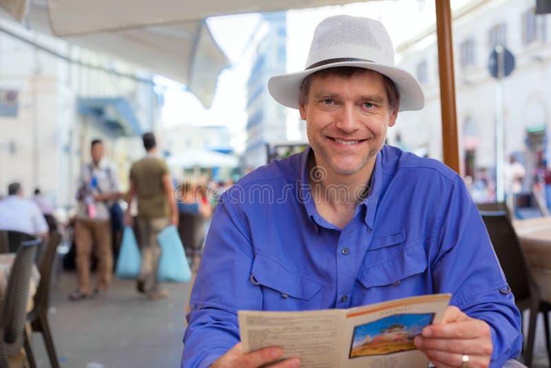 Caucasian man i femtiotal på den utomhus- restaurangen i Italien royaltyfri fotografi