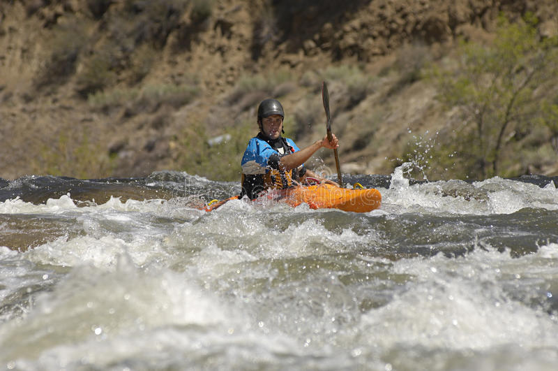 Caucasian man som Kayaking royaltyfri fotografi