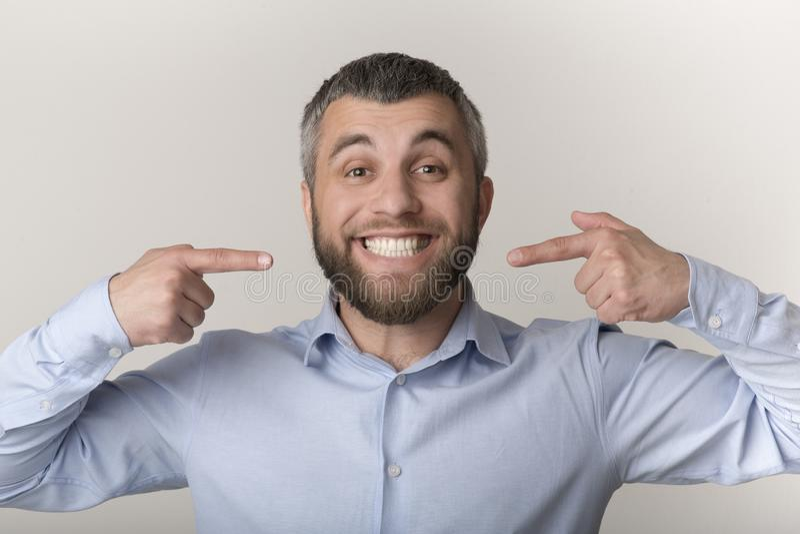 Caucasian man som ler och visar perfekta tänder arkivbilder