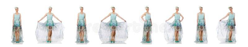 Caucasian modell i den bl?a blom- kl?nningen som isoleras p? vit royaltyfri fotografi