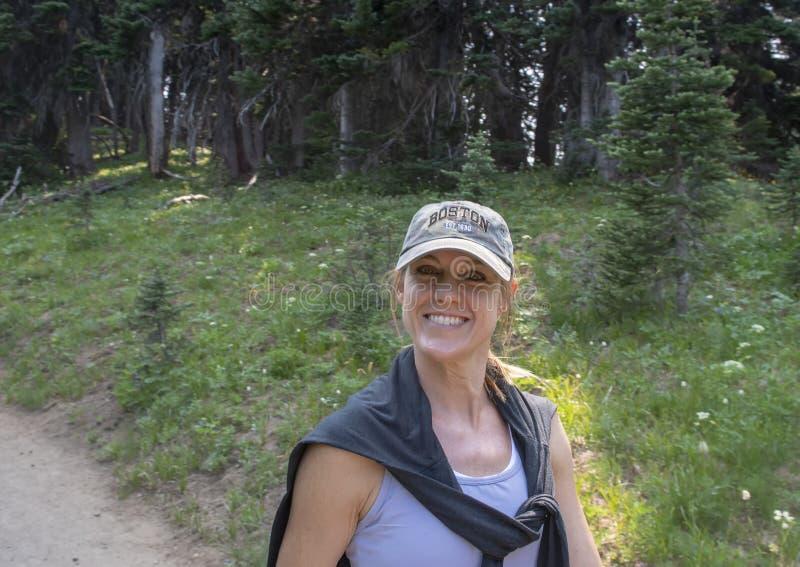 Caucasian moder för fyrtiofem yearold som tycker om en vandring i monteringen Rainier National Park, Washington royaltyfri foto