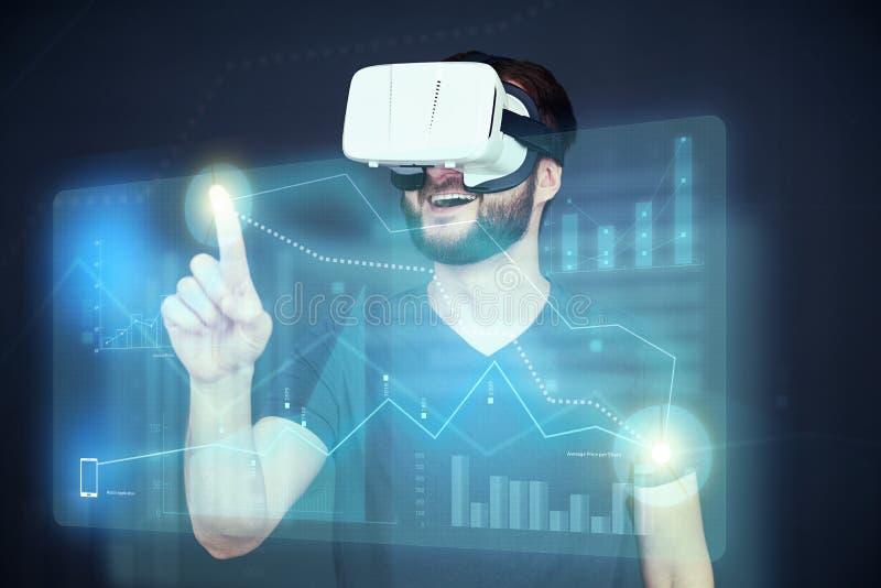 Caucasian novo nos VR-auriculares que clicam no gráfico no toque virtual fotografia de stock