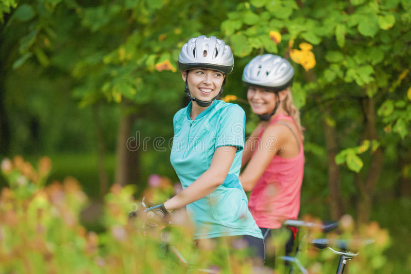 Caucasian par som har cykeltur utanför fotografering för bildbyråer