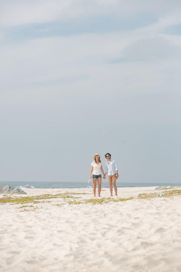 Caucasian paranseende på stranden på en solig dag royaltyfria foton
