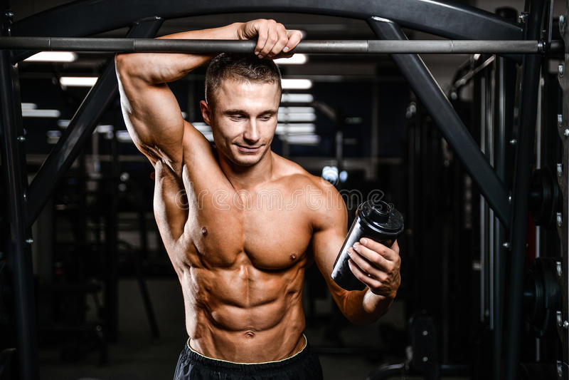Caucasian sexig konditionmodell i idrottshallslut upp abs arkivfoto