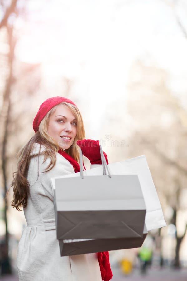 caucasian shoppingkvinna royaltyfria bilder
