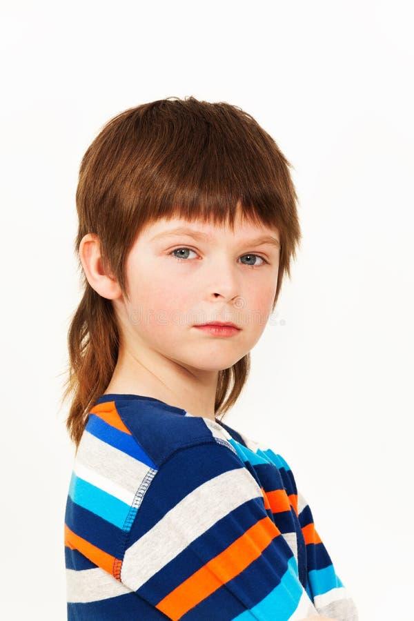 Caucasian sju år gammal pojke som isoleras på vit royaltyfri bild