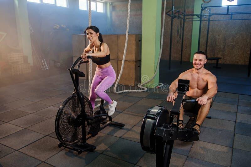Caucasian sportman och kvinna under utbildning i idrottshallen arkivbild