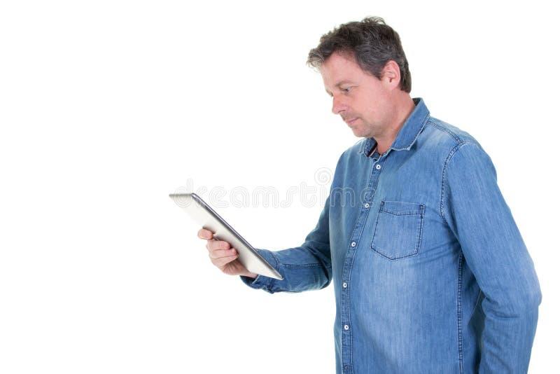 Caucasian stilig affärsman som använder minnestavladatoren i vitt bakgrunds- och kopieringsutrymme arkivbilder