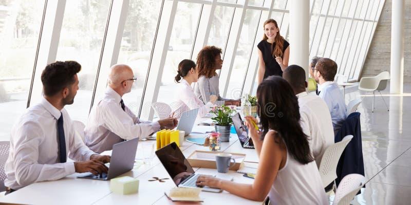 Caucasian tabell för affärskvinnaLeading Meeting At styrelse royaltyfri bild