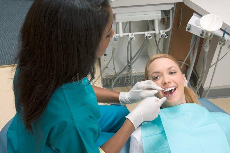 caucasian tandläkarekvinna för afrikansk amerikan royaltyfri bild