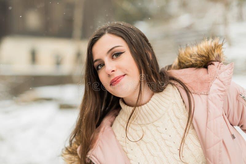 Caucasian tonåringflicka som Playfully ler utanför i vinter arkivbilder