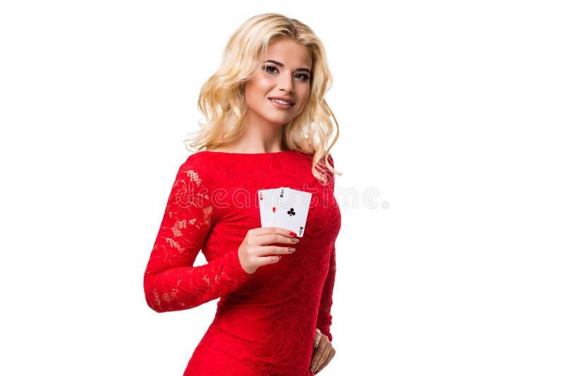 Caucasian ung kvinna med långt ljust blont hår i aftondräktinnehavet som spelar kort isolerat poker royaltyfria bilder