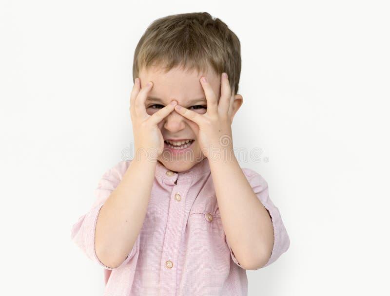 Caucasianen Little Boy räcker beläggningframsidan royaltyfria foton
