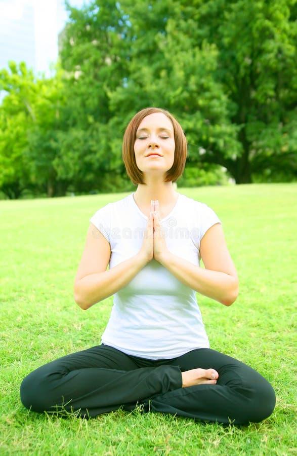caucasianen mediterar kvinnan royaltyfri foto