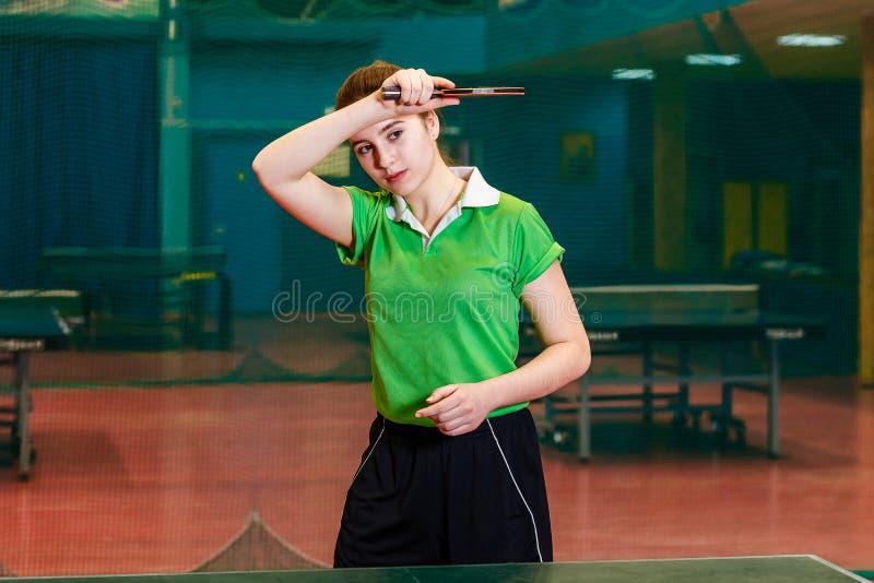 Caucasoid piękna brunetki dziewczyna bawić się stołowego tenisa w gym fotografia royalty free