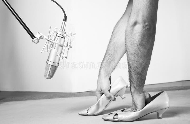 Caucassian mężczyzny ręka wśrodku femail butów stać na czele fachowego pracownianego mikrofon czarny white obrazy stock