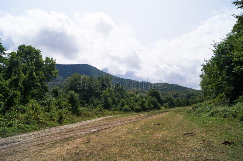caucasus Berglandschappen Groene Weiden De Pieken van de berg De weg aan de bergen Bergwegen Hemel en bergen stock foto