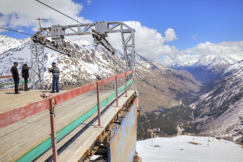caucasus cheget цветет гора лишайника станция лыжи ropeway курорта гор caucasus dombay стоковое фото