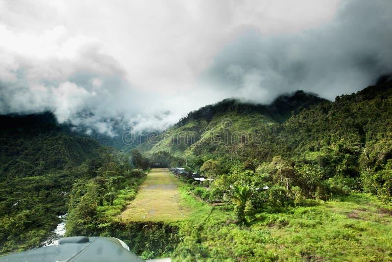 Cauce del pueblo de montaña foto de archivo