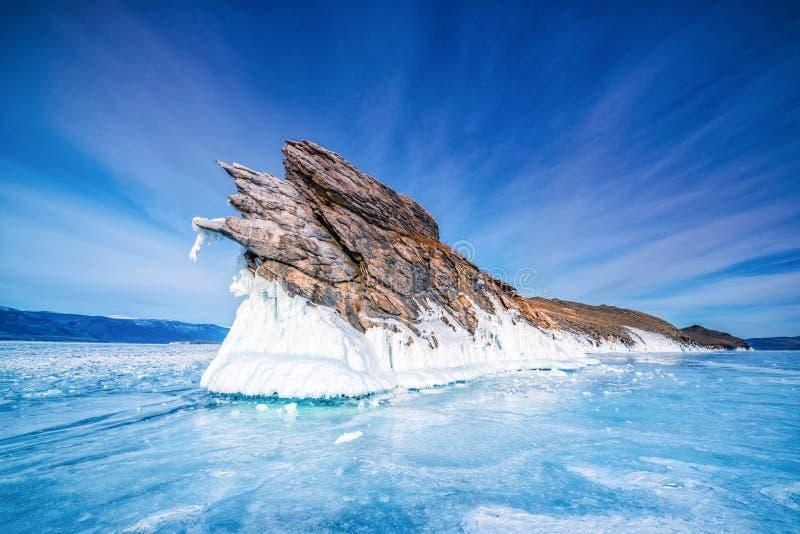 Cauda da ilha de Ogoi com gelo de quebra natural na água congelada no Lago Baikal, Sibéria, Rússia fotos de stock royalty free