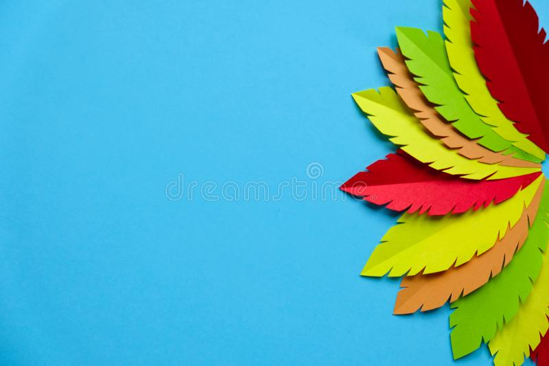 cauda Multi-colorida do peru feita do papel em um fundo azul imagem de stock