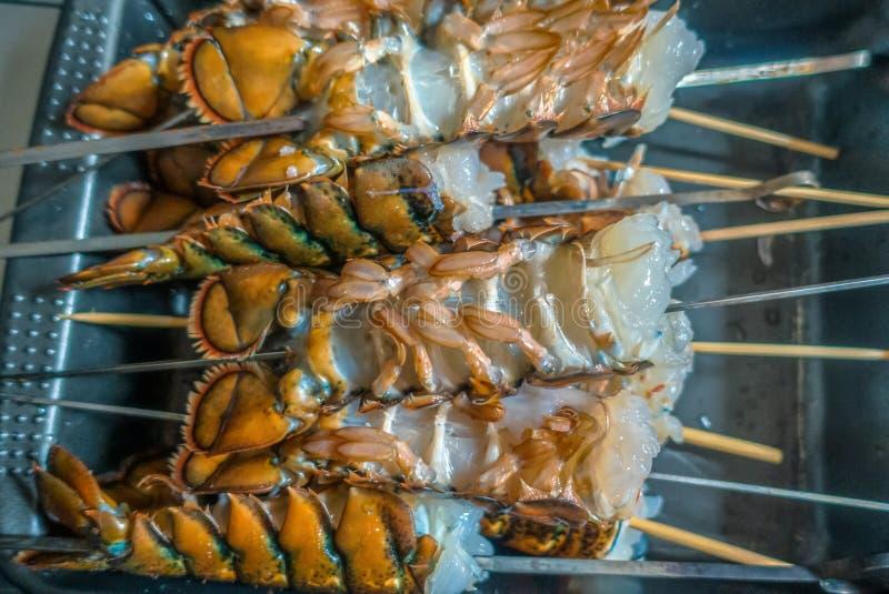 Caudas de lagosta cruas limpas preparadas grelhando imagem de stock royalty free