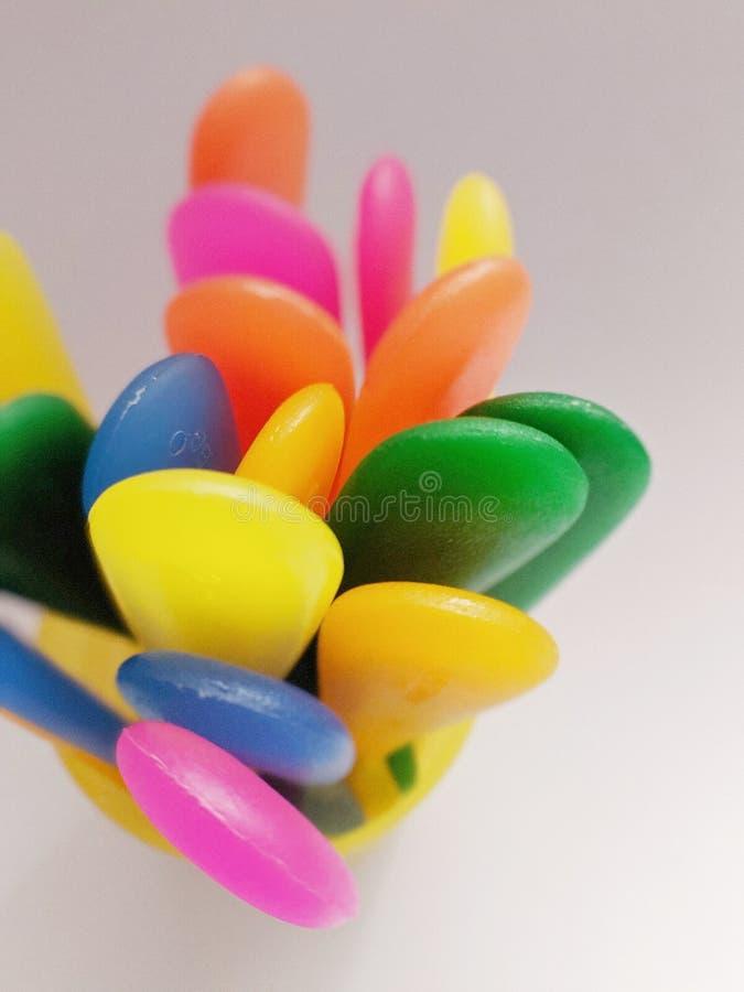 Caudas dos utensílios de mesa - arco-íris plástico fotos de stock royalty free