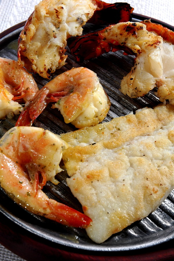 Caudas e peixes grelhados de lagosta foto de stock royalty free