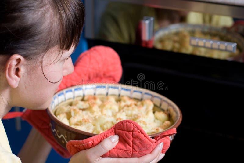 cauliflower устанавливая детенышей женщины печки стоковая фотография